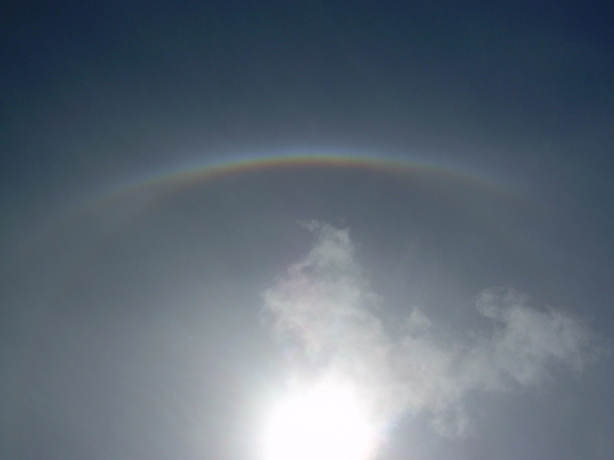 Halo visible au dessus du soleil